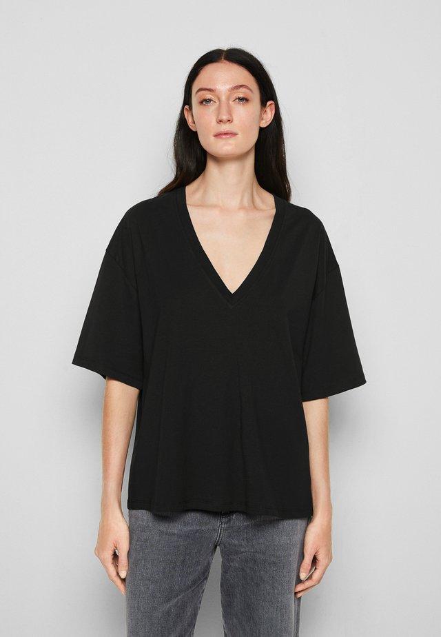 TYRESE - Jednoduché triko - black