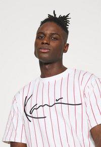 Karl Kani - SIGNATURE PINSTRIPE TEE - T-shirt imprimé - white - 4