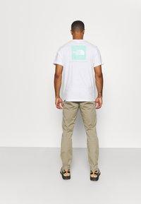 Peak Performance - MOMENT NARROW PANT - Kalhoty - true beige - 2