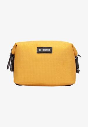 RE-CONSIGNED ELLIS - Wash bag - mustard
