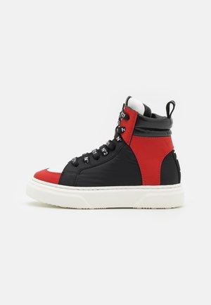 Korkeavartiset tennarit - red/black
