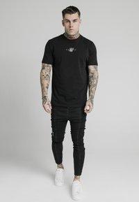 SIKSILK - DROP CROTCH PLEATED APPLIQUÉ - Slim fit jeans - black - 1
