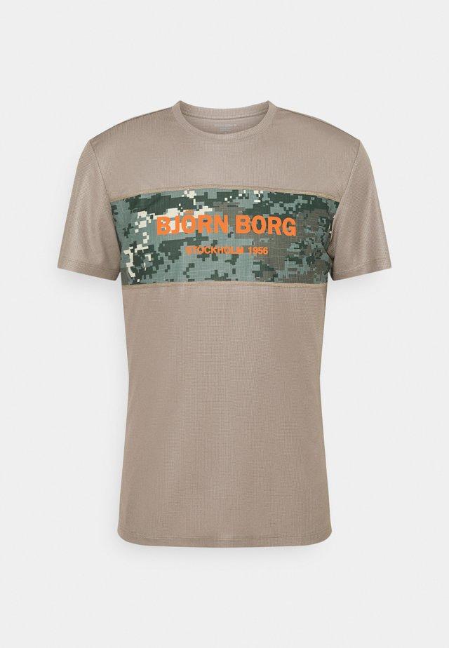 BLOCKED TEE - T-shirt de sport - brindle