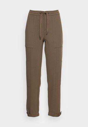 PANTS, TRAVEL PANTS, MID RISE, TAPERED LEG, CUTLINES, DEM DETAIL - Trousers - nutshell brown