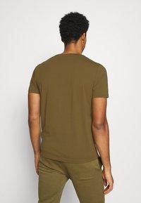 Champion - LEGACY CREWNECK - T-shirt basic - oilive - 2