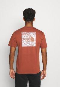 The North Face - REDBOX CELEBRATION TEE - T-shirt z nadrukiem - brown - 2