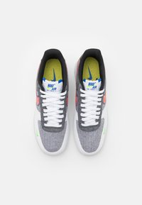 Nike Sportswear - AIR FORCE 1 '07 UNISEX - Sneakers laag - white/sport red/grey/electric green/game royal/black - 3