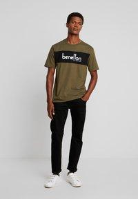 Benetton - T-shirt z nadrukiem - olive - 1