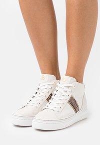 MICHAEL Michael Kors - CHAPMAN MID - Sneakers hoog - cream - 0