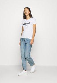 Hollister Co. - TECH CORE - T-shirt z nadrukiem - white circle - 1