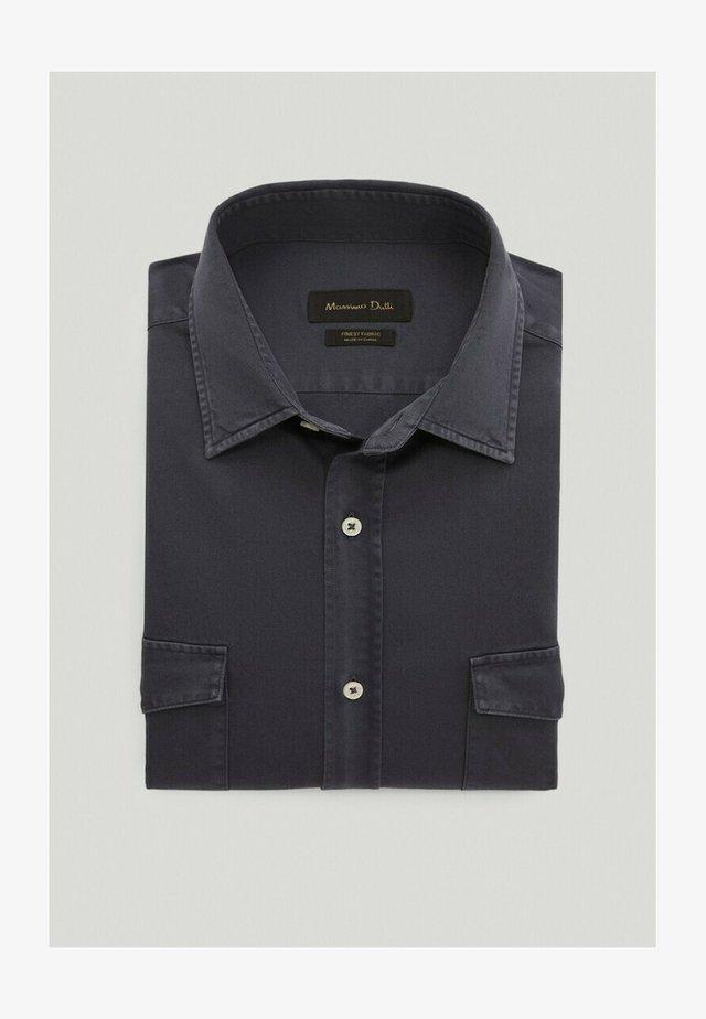 MIT DOPPELTEN TASCHEN - Skjorta - blue-black denim