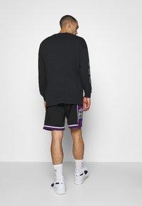 Mitchell & Ness - NBA SWINGMAN SHORTS SACRAMENTO KINGS - Sports shorts - black - 2