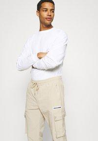 Pegador - AYVO PANTS UNISEX - Cargo trousers - coconut milk - 3