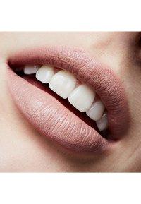 MAC - MATTE LIPSTICK - Lipstick - act natural - 2