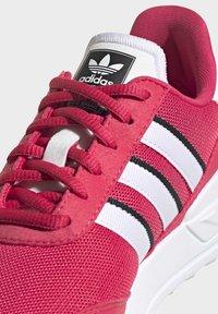 adidas Originals - LA TRAINER LITE SHOES - Sneakers laag - pink - 8