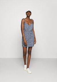 Abercrombie & Fitch - TIE STRAP SHORT DRESS - Sukienka letnia - blue - 1