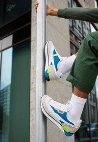 Puma - FUTURE RIDER GALAXY UNISEX - Sneakersy niskie - white/digital blue - 2