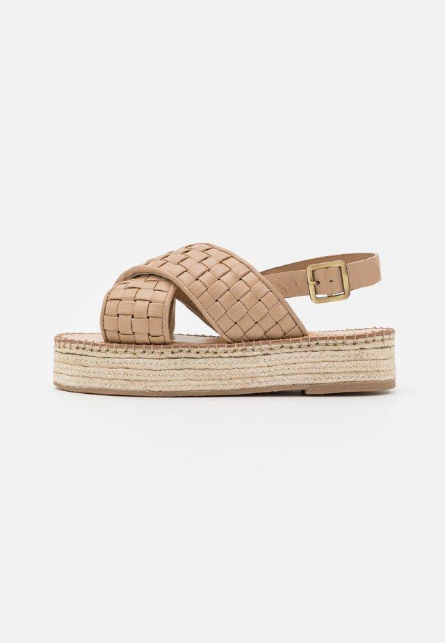 Sandály na platformě - tapioca