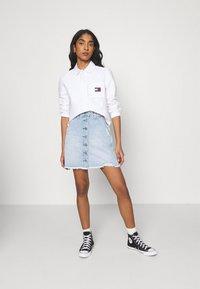 Tommy Jeans - REGULAR BADGE SHIRT - Košile - white - 1