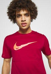 Nike Performance - BREATHE RUN - Camiseta estampada - noble red - 4