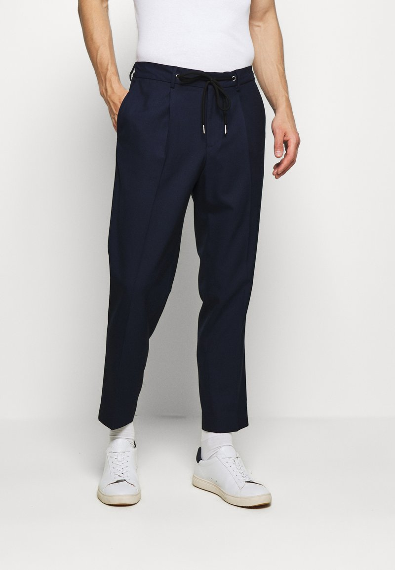 Selected Homme - SLHSLIMTAPE JAX CROP PANTS - Pantaloni - navy