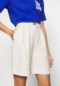 EDITED - JOANIE BERMUDA - Shorts - white swan - 4