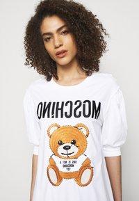 MOSCHINO - DRESS - Trikoomekko - fantasy print white - 4