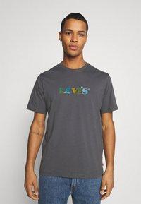 Levi's® - RELAXED FIT TEE - T-shirt z nadrukiem - blacks - 0