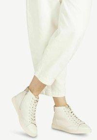 Tamaris - Sneakers hoog - ivory almond - 0