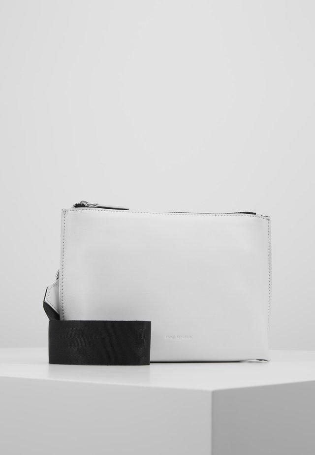 STORM EVENING BAG - Taška spříčným popruhem - white