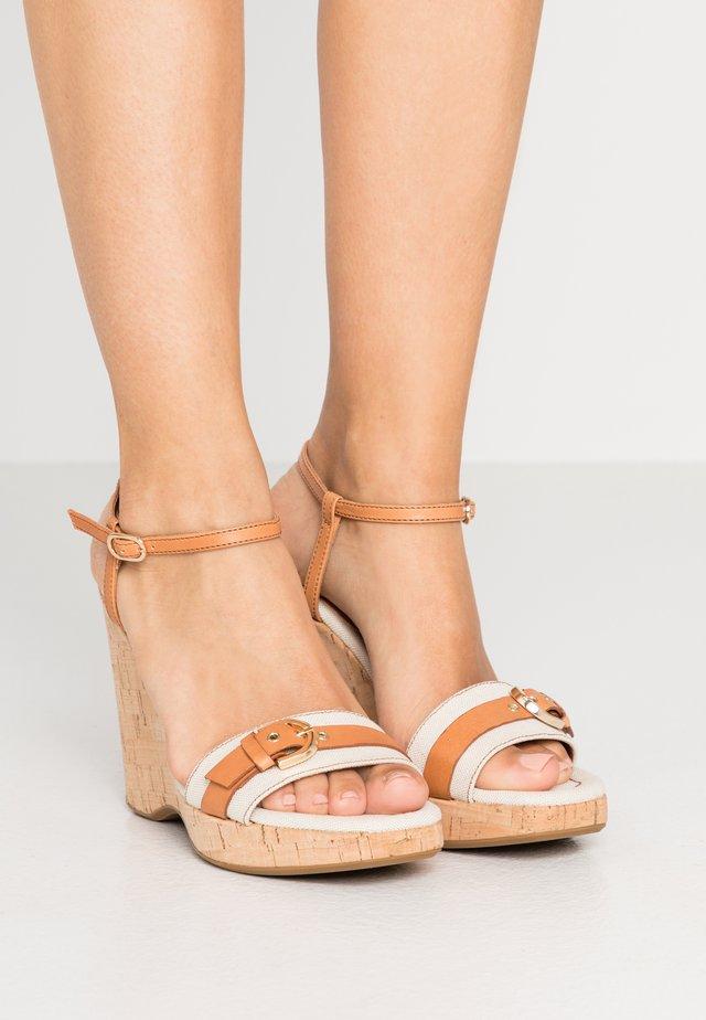 Sandalen met hoge hak - tan