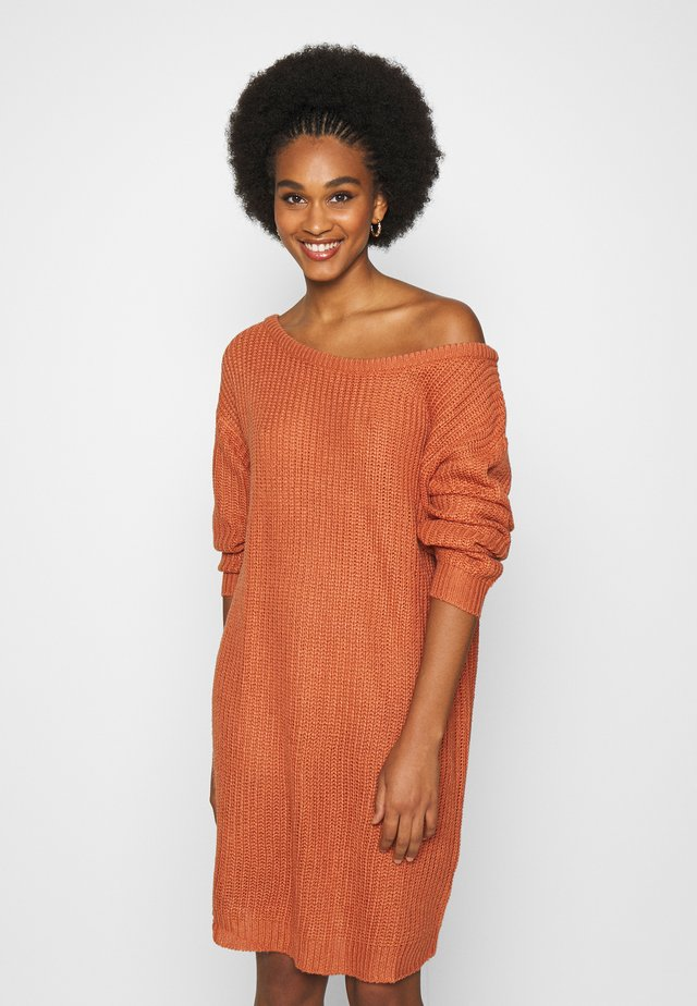 AYVAN OFF SHOULDER JUMPER DRESS - Robe pull - rust