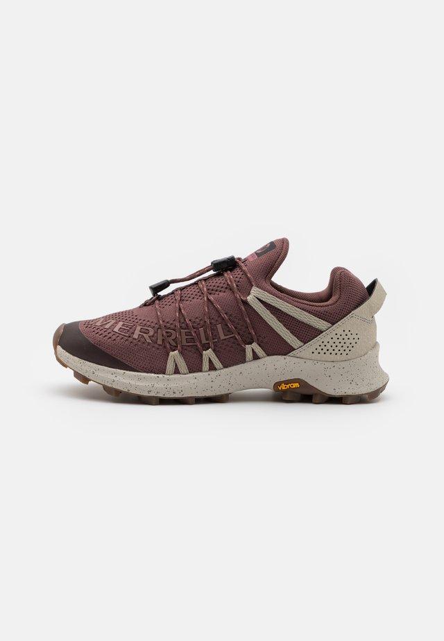 LONG SKY SEWN - Běžecké boty do terénu - marron