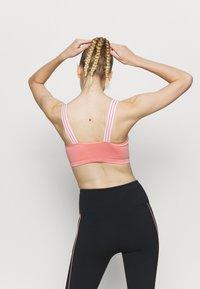 NU-IN - CONTRAST STRAP SEAMLESS BRA - Urheiluliivit: kevyt tuki - pink - 3