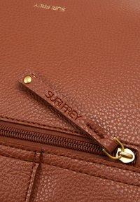 SURI FREY - BRITTNEY - Across body bag - cognac - 3