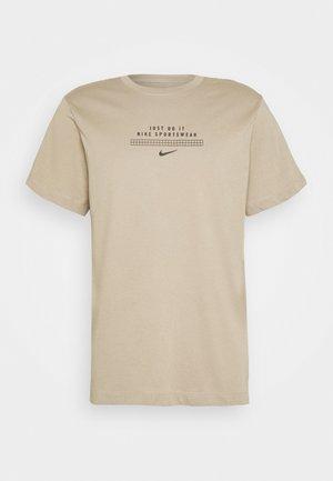 TEE - T-shirt z nadrukiem - khaki/black