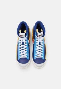 Nike Sportswear - BLAZER MID '77 INFINITE - Høye joggesko - deep royal blue/chile red/copa/university gold/sail/black - 5