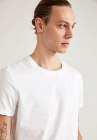 DeFacto - LONG FIT - Basic T-shirt - white - 4