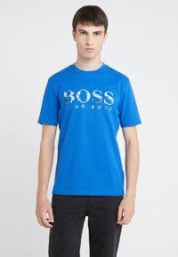 BOSS - TAUCH 1 10208401 01 - Triko spotiskem - medium blue - 0