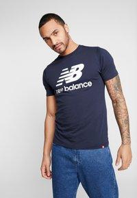 New Balance - ESSENTIALS STACKED LOGO  - Print T-shirt - eclipse - 0