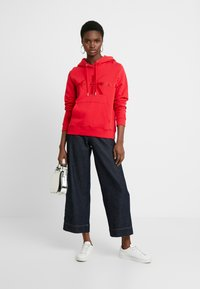 Calvin Klein Jeans - TAPING THROUGH MONOGRAM HOODIE - Hoodie - racing red - 1