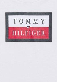 Tommy Hilfiger - ESSENTIAL LOGO TEE - T-shirt print - white - 2