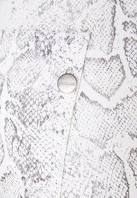 Pieszak - POLINE ANKLE SNAKE - Trousers - white / grey - 2