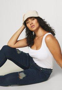 Glamorous Curve - RIPPED WREN - Jeans Skinny Fit - dark blue rinse - 3