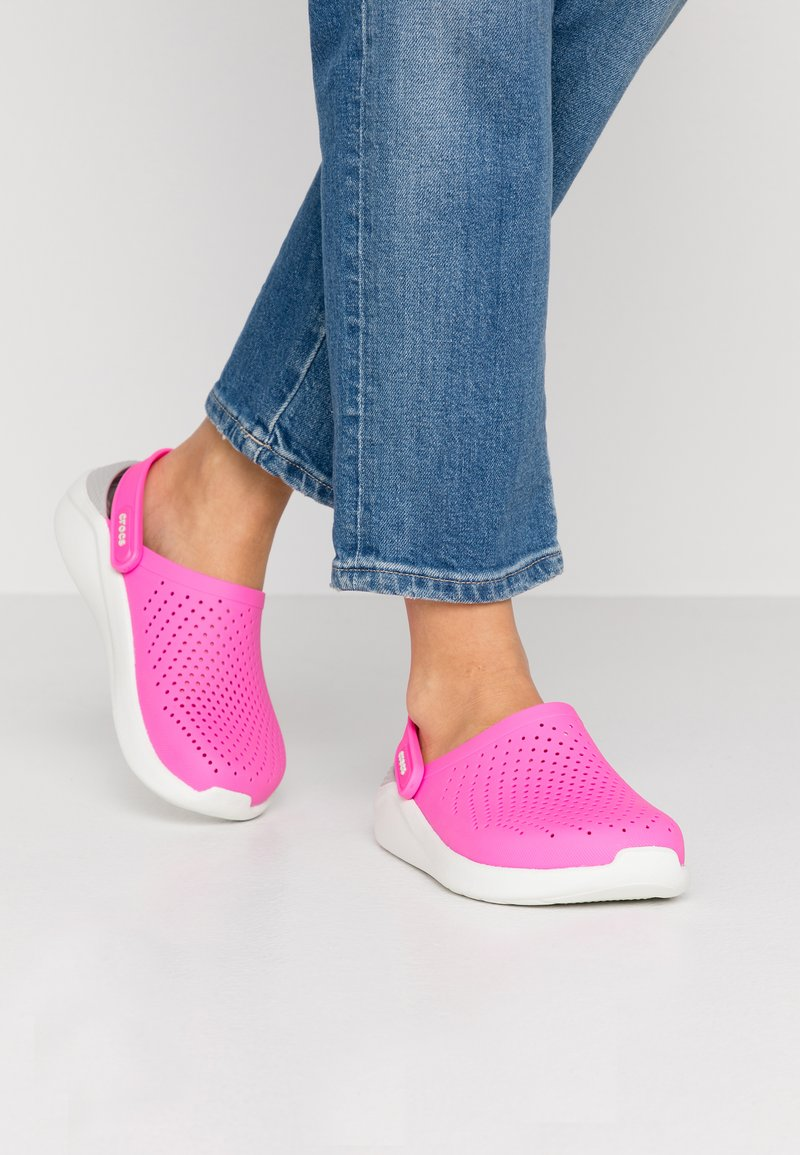 Crocs - LITERIDE - Ciabattine - electric pink/almost white