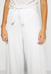 Monki - CILLA TROUSERS - Trousers - white light - 4