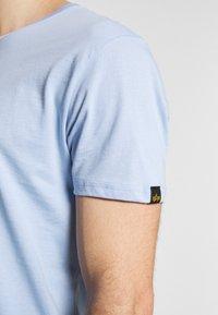Alpha Industries - Print T-shirt - light blue - 4