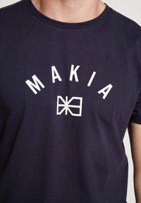 Makia - BRAND - Printtipaita - dark blue - 5