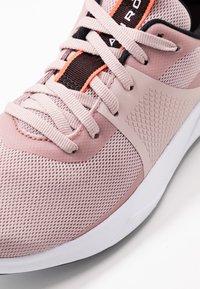 Under Armour - CHARGED AURORA - Chaussures d'entraînement et de fitness - dash pink/white/beta - 5