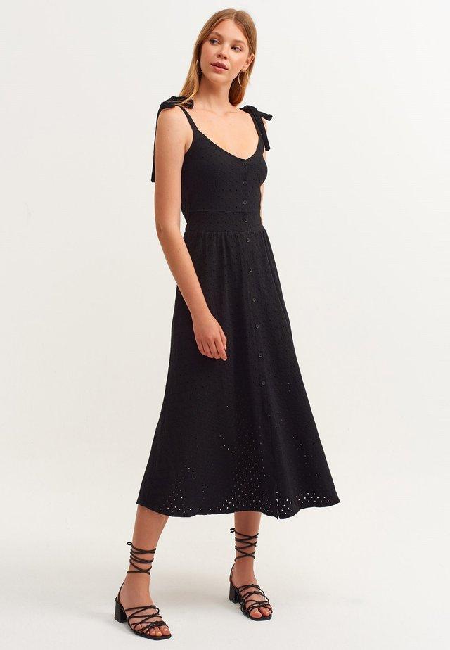 MIT MODISCHER LOCH MUSTERUNG - Day dress - schwarz